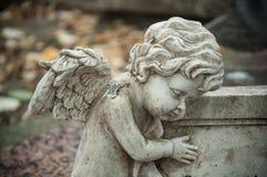 Облицеванная статуя ангела в кладбище Стоковое Фото