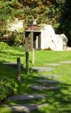 Облицеванный путь в японском саде Стоковая Фотография