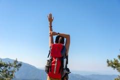 Облицовка хорошего и сильного веса счастливой чувствуя свободы женщины образа жизни Hiker победоносная на естественной горе, стоковые изображения rf
