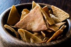 Обломоки или закуски хлеба пита в деревянном шаре Стоковые Фотографии RF