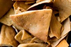 Обломоки или закуски хлеба пита в деревянном шаре Стоковая Фотография