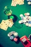 Обломоки и карточки на зеленой винтажной таблице для покера Стоковое фото RF
