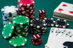 Обломоки и карточки покера играя в азартные игры стоковое фото rf
