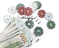 Обломоки казино и карточки и 100 долларов на белой предпосылке Стоковые Фотографии RF