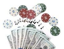 Обломоки казино и карточки и 100 долларов на белой предпосылке Стоковое фото RF