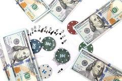 Обломоки казино и карточки и 100 долларов на белой предпосылке Стоковое Фото