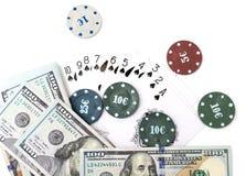 Обломоки казино и карточки и 100 долларов на белой предпосылке Стоковое Изображение RF