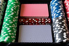 Обломоки, кость и карточки покера Комплект покера абстрактная иллюстрация игры принципиальной схемы 3d Стоковая Фотография