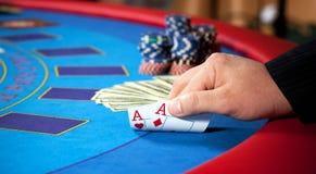 обломоки кредиток вручают таблицу Стоковое Изображение RF