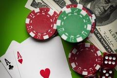 Обломоки покера, dices и играя карточки Стоковое Изображение RF