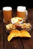 Обломоки, соленые закуски, футбол и пиво на таблице Большой для проектов игры шара стоковое фото