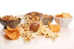 Обломоки, соленые закуски, футбол на таблице Большой для игры шара стоковые изображения rf