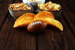 Обломоки, соленые закуски, футбол на таблице Большой для игры шара стоковая фотография