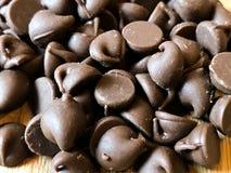 Обломоки шоколада на деревянной разделочной доске стоковые изображения rf
