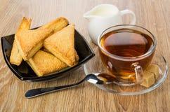 Облупленные печенья в шаре, молоке, чае, сахаре и чайной ложке Стоковая Фотография