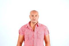 Облыселый человек в рубашке на белой предпосылке стоковое изображение rf