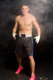 Обманыванный вверх по молодому боксеру готовому для боя стоковое фото rf