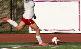 Обматывающ до пинок футбольный мяч крепко Стоковые Фотографии RF