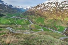 Обматывая дорога пропуска в Швейцарии Стоковые Фотографии RF