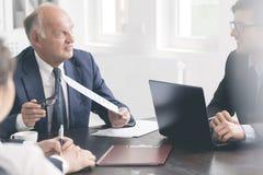 Обменивать взгляды на company& x27; стратегии s Стоковое Изображение RF