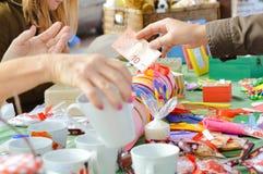 обменивать деньги рук Праздничные домодельные орнаменты Стоковое фото RF