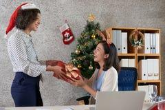 Обменивать подарки на рождество стоковое изображение