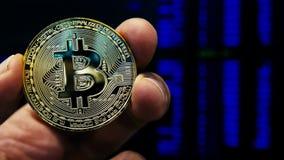 Обмен и торговать Cryptocurrency Рука держа монетку bitcoin BTC сток-видео