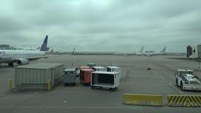 Обмен самолета крупного аэропорта (Timelapse) акции видеоматериалы