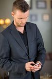 Обмен текстовыми сообщениями бизнесмена на мобильном телефоне Стоковое Изображение RF
