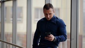 Обмен текстовыми сообщениями бизнесмена акции видеоматериалы