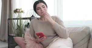 Обмен текстовыми сообщениями женщины на мобильном телефоне видеоматериал