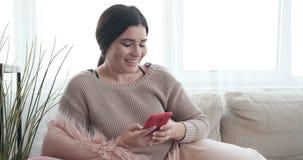 Обмен текстовыми сообщениями женщины на мобильном телефоне сток-видео