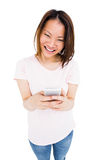 Обмен текстовыми сообщениями молодой женщины на мобильном телефоне Стоковые Изображения RF