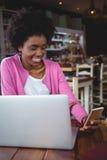Обмен текстовыми сообщениями молодой женщины на мобильном телефоне Стоковые Фотографии RF