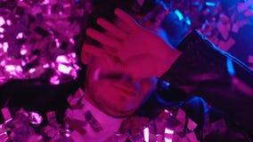 Обморочный наркоман лекарства просыпая вверх на поле ночного клуба, confetti падая, взгляде сверху видеоматериал