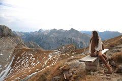 Обмундирование вскользь женщины Брюнет сидя на стенде наслаждаясь natur Стоковая Фотография