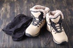Обмундирование зимы женщины идя для ног с теплым колготки для положения Стоковое Изображение