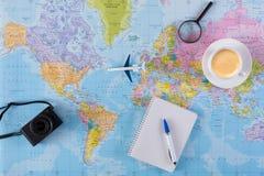Обмундирование путешественника на взгляд сверху предпосылки карты Стоковые Изображения
