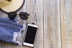 Обмундирование путешественника на деревянной предпосылке стоковое изображение