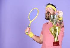 Обмундирование спорта носки хипстера человека бородатое Чемпионат выигрыша теннисиста Ракетка тенниса владением хипстера спортсме стоковое фото