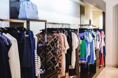 Обмундирования в магазине одежды женщин в торговом центре стоковое изображение