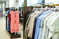 Обмундирования в магазине одежды женщин в торговом центре стоковое фото rf