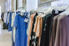 Обмундирования в магазине одежды женщин в торговом центре стоковая фотография rf