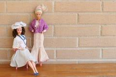 Обмундирования 80s и 90s whit 2 старые кукол Barbie стоковые фотографии rf