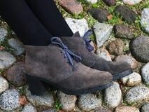 Обмундирование зимы - ноги и ноги женщины с серыми ботинками замши Стоковое фото RF