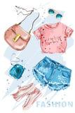 Обмундирование моды Стильная trendpy одежда: шорты, верхняя часть урожая, сумка, ботинки, солнечные очки и камера фото Одежды дев иллюстрация штока