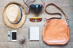 Обмундирование путешественника, камеры, мобильного устройства, солнечных очков Надземная съемка предметов первой необходимости дл Стоковое фото RF