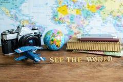 Обмундирование путешественника на деревянном космосе предпосылки и экземпляра, годе сбора винограда Стоковая Фотография RF