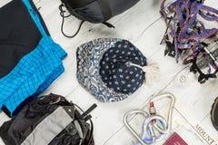 Обмундирование путешественника, climger, студента, подростка Накладные расходы предметов первой необходимости для молодого челове Стоковое Изображение RF
