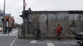 Обмылки Берлинской стены на Niederkirchnerstrasse около контрольно-пропускного пункта Чарли стоковое фото